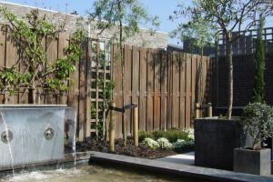 de-heldere-vijver-met-waterloop-doorbreken-de-tuin-op-een-bijzondere-manier