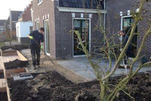 start-van-de-aanleg-van-een-tuin-aan-het-water-in-roelofarendsveen-de-perenboom-op-de-voorgrond-is-net-geplant